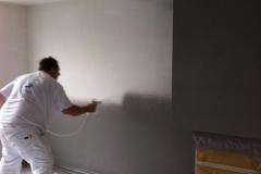 witte wand in kleur latexspuiten